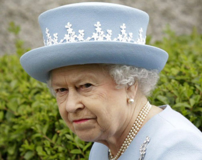 Nữ hoàng Anh suýt bị bắn khi đi dạo trong vườn nhà