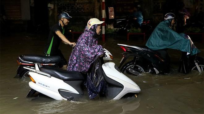 Hà Nội mưa lớn, du khách cõng nhau lội nước phố cổ