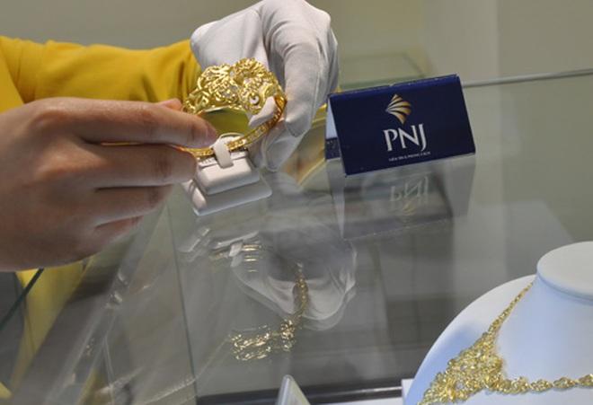 """""""Sóng"""" vàng yếu, đa số nhà đầu tư vẫn đứng ngoài quan sát thị trường"""