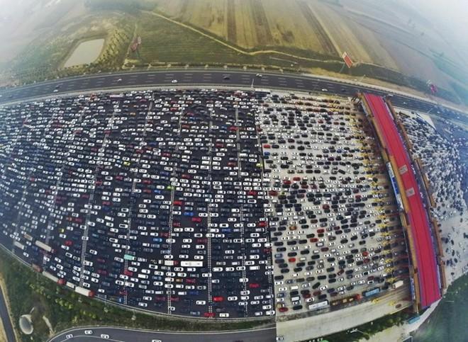 Sau nghỉ tết Dương, Trung Quốc tắc đường khủng khiếp dù đường có 50 làn