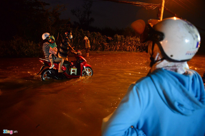 Dân Sài Gòn ẵm con lội nước ngày triều cường đạt đỉnh