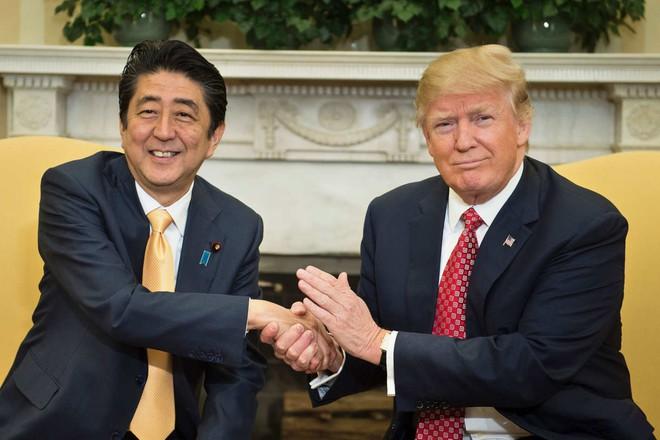 Đường đi nước bước của Nhật để có cái bắt tay dài 19 giây giữa Trump và Abe