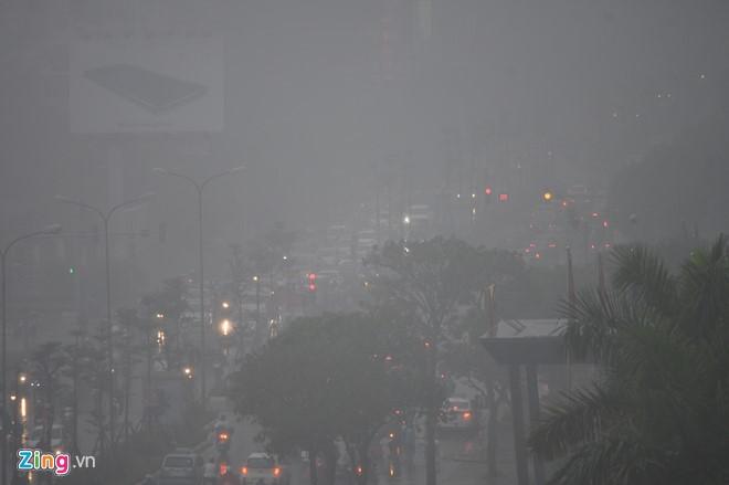 Đường phố Hà Nội ùn tắc trong mưa mù, trời tối sầm - ảnh 1