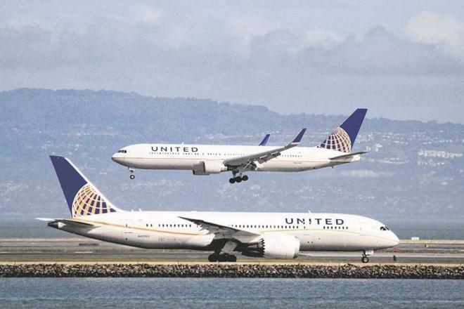 """Hãng United Airlines lại """"đuổi người"""" sau vụ bác sỹ gốc Việt"""