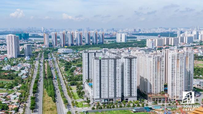 """Hàng loạt dự án chung cư cao tầng liên tục """"mọc"""" lên quanh các tuyến đường lớn, mật độ dân cư tăng cao nên tình trạng kẹt xe cũng thường xuyên xảy ra."""