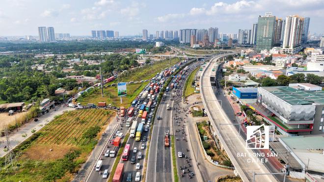 Xa lộ Hà Nội, đường Mai Chí Thọ đã mở rộng lộ giới từ 80 – 120 m, xe máy có 2 -3 làn để di chuyển nhưng vẫn kẹt xe do cư dân sống tại các cao ốc đổ ra quá đông, không còn đường lưu thông