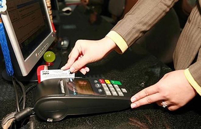 Bạn cần quan sát quá trình nhân viện thu ngân quẹt thẻ và nhận lại ngay sau khi hoàn tất thanh toán.