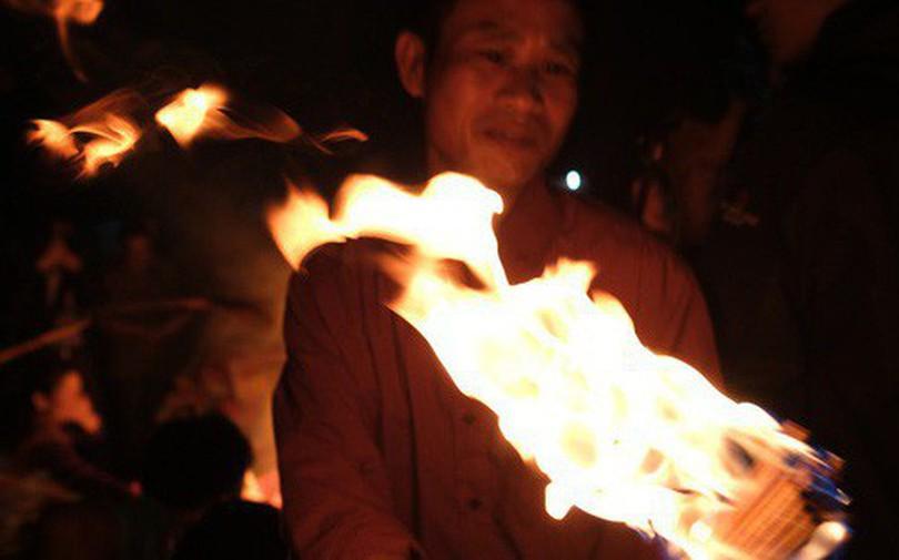 """Tục """"lấy lửa"""" độc đáo mang may mắn từ đình làng về tới nhà ở Hà Nội"""