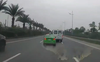 Đề nghị xử lý hai ô tô chèn ép, tạt đầu nhau trên đường Hà Nội