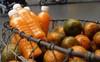 Đổ xô bán nước cam ép nguyên chất giá siêu rẻ, tiểu thương thu tiền triệu mỗi ngày