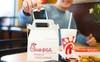 Bất chấp cả ngành đi lùi, một chuỗi fastfood đã tăng doanh số gấp 10 lần sau 10 năm, quy mô vươn từ hạng 7 lên hạng 3, được yêu thích nhất nước Mỹ