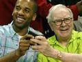 Tại sao tỷ phú Warren Buffett luôn mang theo 2 thứ này trong ví