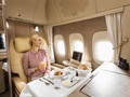 Ngây ngất với dịch vụ hoàn hảo trên khoang máy bay hạng nhất của Emirates: Ghế không trọng lực, cửa sổ ảo giác và nhiều hơn thế nữa