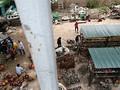 """Chợ cơ khí """"mọc"""" dưới gần cầu Thăng Long, ảnh hưởng nghiêm trọng hành lang đường sắt"""