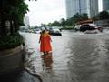 """Truy tìm """"thủ phạm"""" gây ngập đường Nguyễn Hữu Cảnh"""