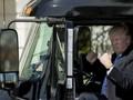 """Mạng xã hội xôn xao với loạt ảnh Tổng thống Trump """"bùng cháy"""" cùng các tài xế xe tải"""