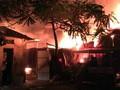 Hà Nội: Huy động 6 xe cứu hỏa dập đám cháy ở xưởng gỗ lúc nửa đêm