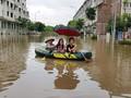 """""""Làng"""" biệt thự triệu đô hễ mưa lớn là dân bơi xuồng trên đường ngập"""