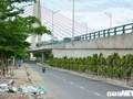 Ảnh: Núi phế thải án ngữ dưới chân cầu vượt lớn nhất Việt Nam