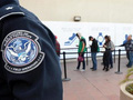 Chính quyền ông Trump xem xét hạn chế thẻ xanh đối với người nhập cư