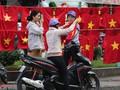 Người TP HCM nườm nượp mua sẵn cờ, áo đỏ cổ vũ tuyển Việt Nam
