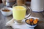 Pha một cốc sữa nghệ và uống trước khi đi ngủ, bạn sẽ nhận được những tác dụng thần kỳ cho sức khỏe