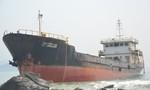 Trục vớt 'tàu ma' mắc cạn trên biển Đà Nẵng