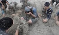 Du khách vật lộn trong lễ hội bùn ở Hàn Quốc