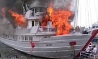 Hiện trường du thuyền hạng sang bốc cháy ở Hạ Long