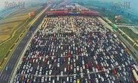 Choáng với cảnh tắc nghẽn trên đường cao tốc 50 làn ở Trung Quốc