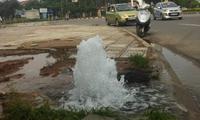 Vĩnh Phúc: Thủng đường ống, nước sạch phun xối xả cả tuần