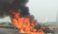 Ôtô đang chạy bốc cháy trên cao tốc, 5 người thoát chết