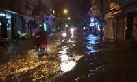 Đường phố Hà Nội ngập sâu, ùn tắc trong mưa