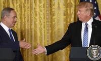 Nghệ thuật bắt tay siêu kỳ cục của Tổng thống Donald Trump