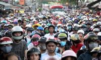 Xe cộ tắc nghẽn qua đoạn đường có chợ tự phát ở Sài Gòn