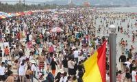 """Kì nghỉ lễ 30/4 - 1/5, du khách """"chia sẻ với nhau từng centimet"""" tại các bãi biển"""