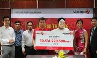 Khách hàng ở TP.HCM đeo mặt nạ nhận giải Vietlott hơn 30 tỷ