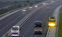 Xe tải chạy ngược chiều trên cao tốc hiện đại nhất Việt Nam