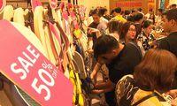 Người Sài Gòn chen nhau mua hàng giảm giá 50% giữa đêm