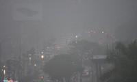 Đường phố Hà Nội ùn tắc trong mưa mù, trời tối sầm