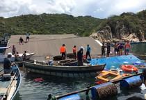 Nhà hàng nổi bị chìm sau va chạm với tàu du lịch