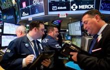 """Dầu thủng 70 USD, chứng khoán Mỹ """"rung lắc"""" vì nguy cơ Fed nâng lãi suất"""