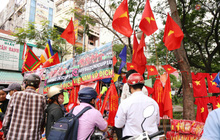 """Quốc kỳ, áo đỏ sao vàng """"cháy hàng"""" ở Sài Gòn trước trận chung kết lượt đi AFF Cup 2018"""