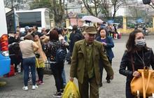 Ảnh: Người dân lỉnh kỉnh đồ đạc trở lại thủ đô sau dịp nghỉ Tết