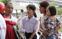 Hình ảnh đẹp: Mẹ cùng 2 con nhỏ mời người dân bị ảnh hưởng trong vụ cháy chung cư Carina về nhà mình ở tạm