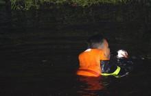 Cảnh sát bơi dưới kênh để bơm nước khống chế đám cháy rừng tràm ở Sài Gòn