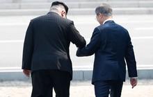 Khoảnh khắc Tổng thống Hàn Quốc chủ động đề nghị bước chân sang đất Triều Tiên