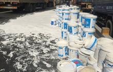"""Xe container gặp sự cố, một đoạn Quốc lộ 1 """"tắm"""" sơn nước, hàng ngàn phương tiện ùn ứ"""