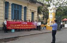 Xử Huyền Như: Nhân viên công ty bị hại căng băng rôn trước tòa
