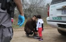 """Tổng thống Trump bị chỉ trích vì xây trại tị nạn cho trẻ nhập cư: """"Trẻ con không thuộc về nhà tù"""""""